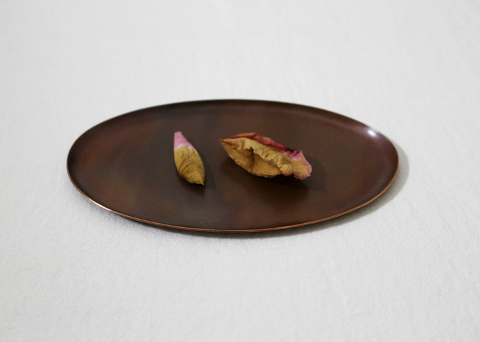 HAMMERED TRAY. IRREGULAR OVAL (M).COPPER