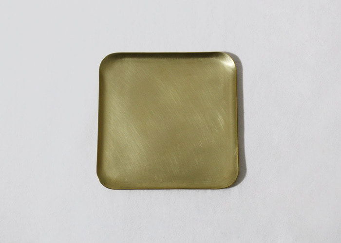 HAMMERED TRAY. SQUARE 10x10. BRASS